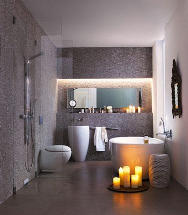 Une douche italienne parfaitement intégrée dans sol en granit gris système évacuation de l'eau vertical