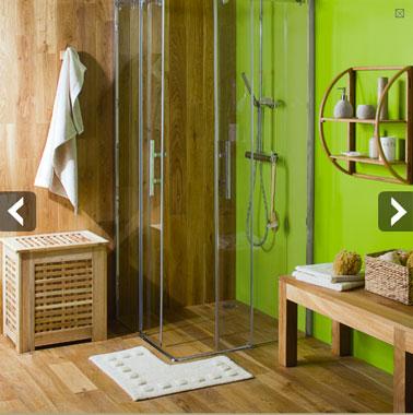 Deux possibilités pour une douche italienne en bois : Le sol et les parois en teck, ou même effet bois exotique avec un carrelage imitation bois teck