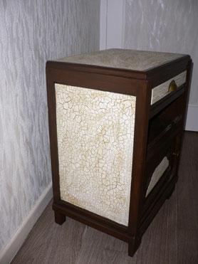 Pour réaliser une peinture craquelée sur un meuble appliquer une première couche de peinture glycéro puis recouvrir avec une peinture acrylique