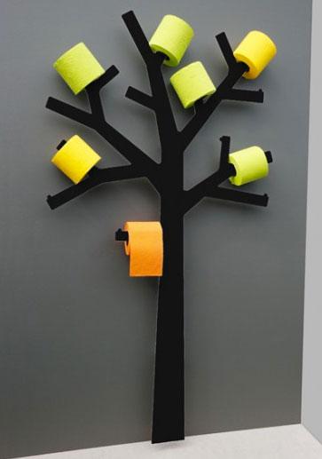 Un idstributeur de papier toilette en forme d'arbre très design. Les branches peuvent accueillir 11 rouleaux de papier. Misez sur les contrastes et donnez un esprit design à vos toilettes en choisissant du papier toilette de couleur. Ici le papier jaune crée une animation sur le mur de couleur gris anthracite