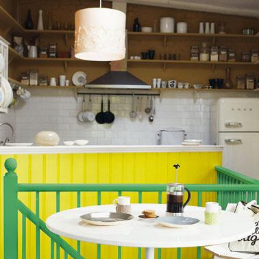 Pour relooker sa cuisine à peu de frais, peindre le comptoir dans une couleur peps