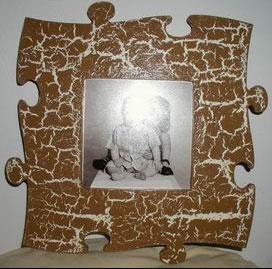cadre photo peint avec une peinture effet craquelé. Peinture fond blanc. au dessus effet craquelé avec peinture acrylique couleur marron