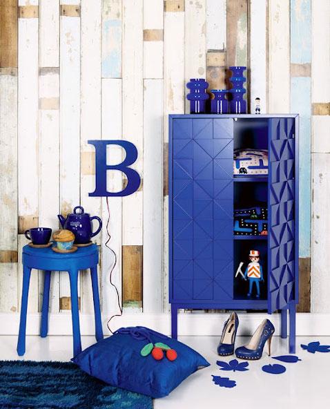 Changer la déco de son salon avec des petits meubles bleus, à associer avec une peinture blanche, quelques touches de jaune doré