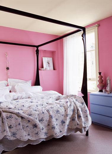 dans cette chambre total look rose vif pour la peinture des murs, mise en avant par le noir du baldaquin et juste une touche de bleu avec la commode