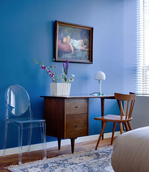 chambre couleur peinture bleu en contraste bureau acajou. Black Bedroom Furniture Sets. Home Design Ideas