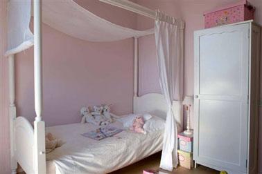 Une ambiance romantique à souhait dans cette chambre de petite fille en rose et blanc.