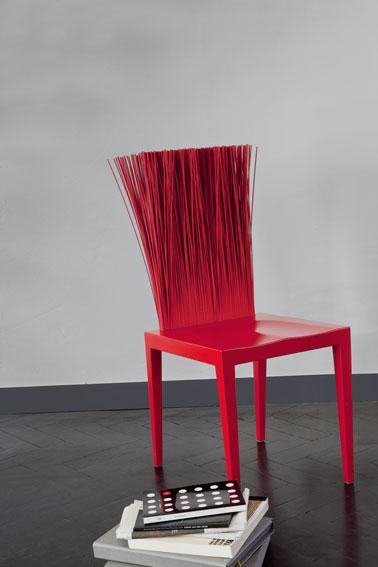 Deco salon. peinture murale gris clair. plinthes peintes avec un gris anthracite. Chaise design couleur rouge fusion, aspect brillant