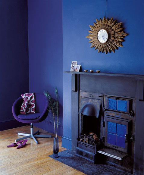 Couleur decoration salon peinture mur bleu saphir cheminee for Salon deco bleu