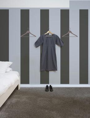 Deco chambre. au mur rayures verticales taupe et bleu clair gamme Falaises collection Epure des peintures V33