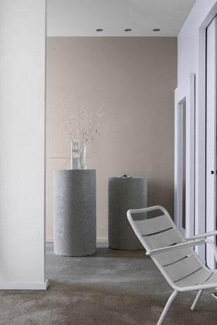 Décoration salon. style épuré, pour la peinture murale, le mobilier et le sol harmonie de couleurs crayeuses en demi-teintes, du gris version béton ou granit associé à de subtiles nuances de la gamme Falaises.