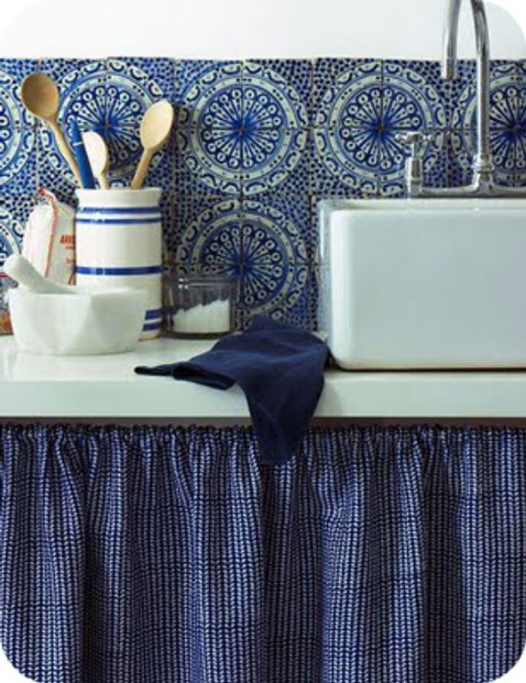 crédence de cuisine en mosaïque bleu et blanc, évier à poser sur plan de travail émaillé blanc