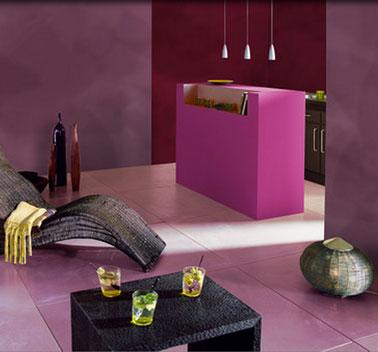 Une décoration de salon résolument moderne en rose et noir. Peinture murale rose poudré, bar couleur rose intense, carrelage sol rose pâle