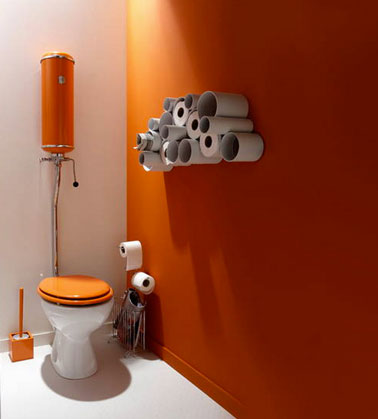 peinture wc orange et blanc rangement dans tube pvc. Black Bedroom Furniture Sets. Home Design Ideas