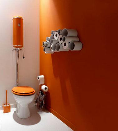Peinture wc orange et blanc rangement dans tube pvc for Quelle couleur pour un wc