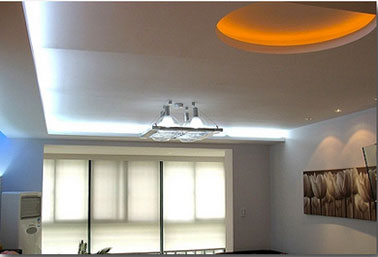 Eclairage salon ruban led flexible plafond et murs - Comment installer des spots led au plafond ...