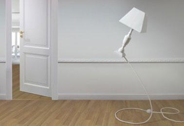 La lampe Pantomenal 3 donne l'impression d'être en apesanteur. vendue avec ampoule LED. existe abat-jour noir ou blanc