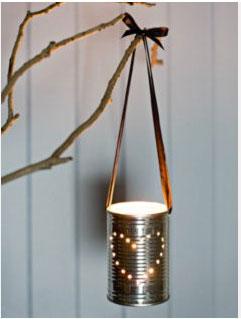 Un lampion pour Noël réalisé avec une boite métallique, un cordon en cuir et une bougie chauffe-plat