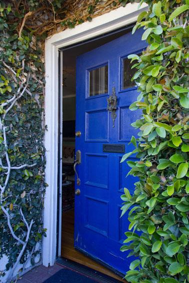 Bleu monaco la couleur tendance pour le salon la chambre d co cool - Peinture boiserie porte ...