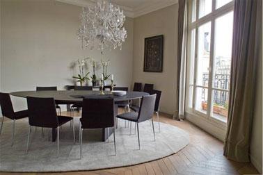 salle a manger design peinture gris meuble noir rideaux taupe