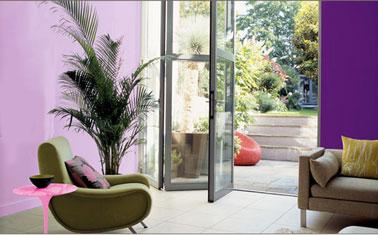 Une décoration aux couleurs vitaminées avec en peinture murale le rose Bali expression et le violet Bali intense de la collection Couleurs du Monde Dulux Valentine. En contraste, fauteuil revêtement vert