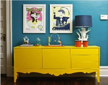 Relooker un salon facilement en peignant un meuble ancien dans une couleur flashy