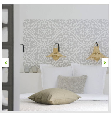 dans une chambre dadulte de couleur gris et blanc un pochoir adhsif positionn - Decoration Stickers Muraux Adhesif