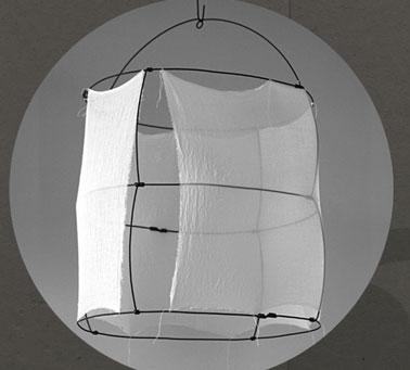 Suspension légère et aérienne en voile de coton et fil de métal réalisée à la main
