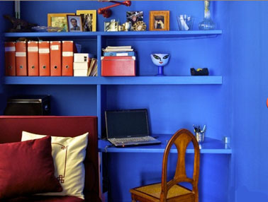 salon coin bureau etagere et mur bleu vif accessoires orange. Black Bedroom Furniture Sets. Home Design Ideas
