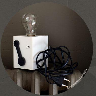 Petite lampe cubique ON-OFF disponible en noir et blanc
