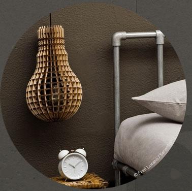 Une lampe nomade en forme d'ampoule à poser au sol ou à suspendre pour chambre de garçon ou fille