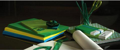 Le bureau est l'endroit idéal pour mettre utiliser la couleur vert émeraude en 2013 : papier, règle, taille crayon se déclinent en emeraude dans les nouvelles collections
