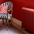 salon-peinture-couleur-rouge-vif-fauteuil-rouge-et-bleu