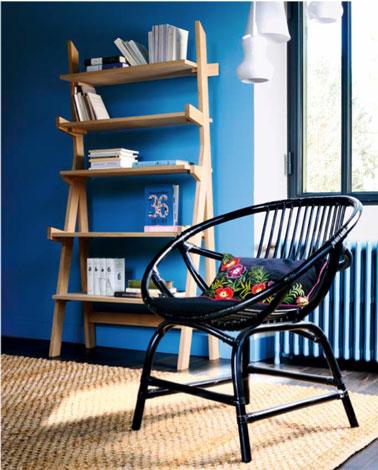 salon moderne avec murs peint en bleu vif, étagère Elan de fly en bois couleur naturel