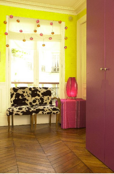 Pour booster la décoration du salon, peinture murs jaune vif, portes de placard rouge