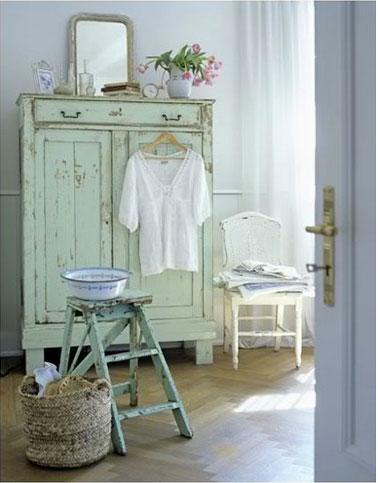 armoire ancienne couleur vert d 39 eau dans chambre bleu ciel. Black Bedroom Furniture Sets. Home Design Ideas