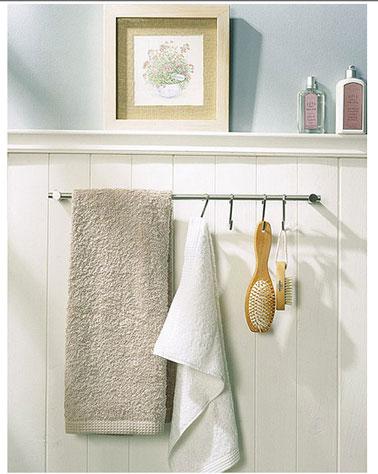 Une astuce rangement pour la salle de bain aussi simple qu'efficace : Une barre alu ou inox, des crochets S pour suspendre serviette brosses et autres accessoires de bain