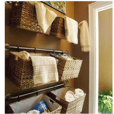 Des paniers de rangement crochés derrière la porte de la salle de bain, une idée gain de place à retenir pour une petite salle de bain