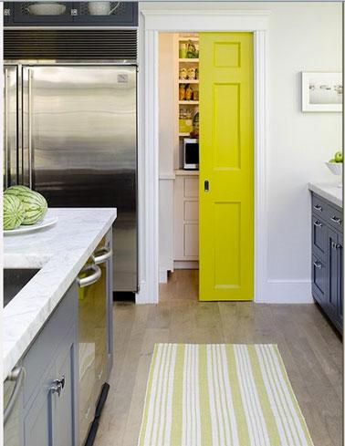 Couleur cuisine meubles gris porte jaune for Couleur mur cuisine avec meuble blanc