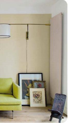 Ambiance naturelle dans un salon avec un canapé couleur vert d'eau en harmonie avec une peinture murale couleur Tatami pour les murs et couleur Incognito de chez Tollens pour le radiateur