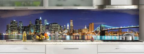 Pour apporter une touche de déco sympa dans la cuisine, une crédence en verre déco New York