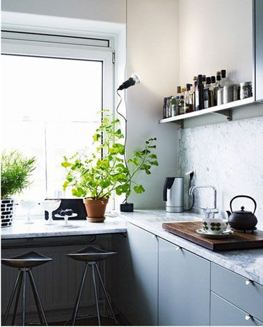 petite cuisine en l meubles mlamin gris bleu et plan de travail stratifi imitation marbre gris - Cuisine Grise Et Blanc