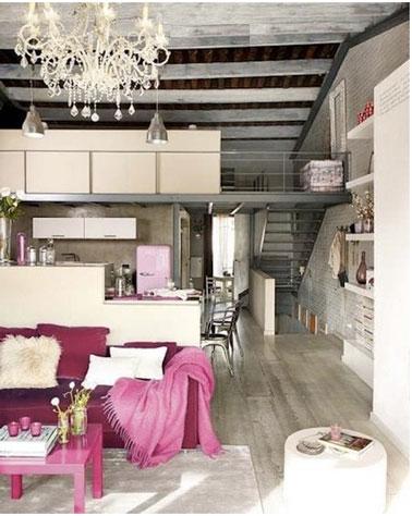 Cuisine ouverte sur salon. Harmonie de gris, blanc, rose et fushia