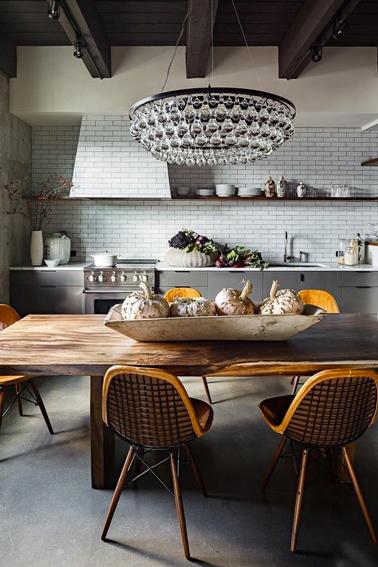 Ambiance maison de campagne pour la déco d'une cuisine ou la couleur grise est mise en valeur par la grande table de ferme en bois