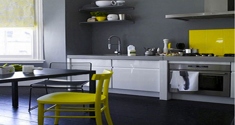 decoration cuisine peinture gris meubles blanc chaises jaune. Black Bedroom Furniture Sets. Home Design Ideas
