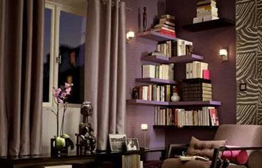Peinture salon couleur taupe. Papier peint et rideaux couleur taupe, étagères prune et noir