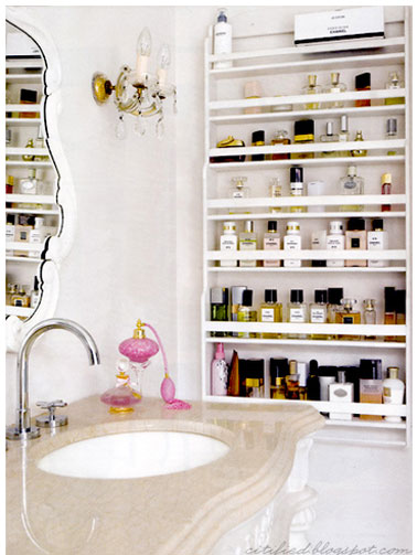 etagere rangement parfums dans salle de bains. Black Bedroom Furniture Sets. Home Design Ideas