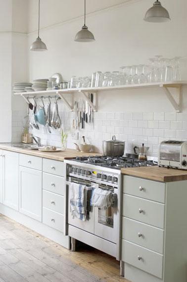 Peinture meubles cuisine vert d 39 eau et carrelage blanc for Peinture pour repeindre des meubles de cuisine