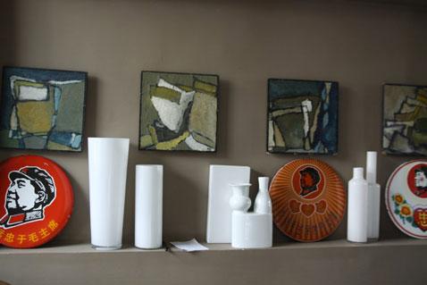 Salon peinture taupe vase blanc decoration rouge et vert for Peinture salon rouge et taupe
