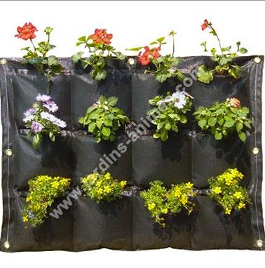 Idee amenagement jardin sur balcon avec un mur végétal en toile composé de 12 compartiments pour culture fleurs et plantes aromatiques