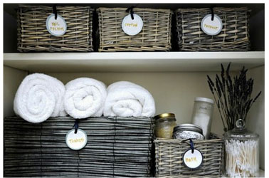Paniers osier etiquetes pour rangement salle de bain for Panier deco salle de bain